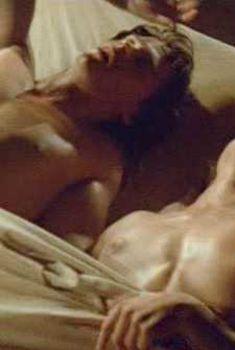Голая Синтия Гибб в фильме «Молодая кровь», 1986