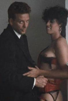 Синтия Крус засветила голую грудь в фильме «Первые 9 1.2 недель», 1998