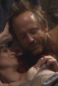 Голая Синтия Никсон в сериале «Большая буква «Р»», 2010