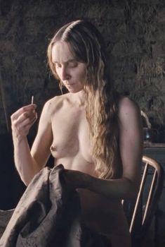 Голая Соня Рихтер в фильме «Местный», 2014