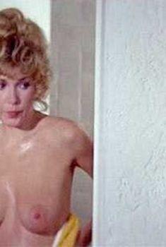 Красотка Стелла Стивенс оголила грудь и попу в фильме «Бойня», 1972
