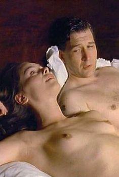 Голая Тара Фитцджеральд в сериале «Ромашковая поляна», 1992