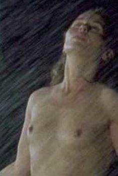 Голая Тара Фитцджеральд в фильме «Я захватываю замок», 2003