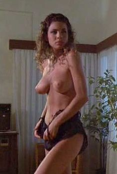 Страстная Тери Вейгель оголила грудь в фильме «Дикий пляж», 1989