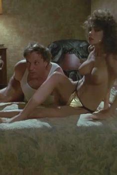 Голые сиськи Тери Вейгель в фильме «Отмеченный смертью», 1990