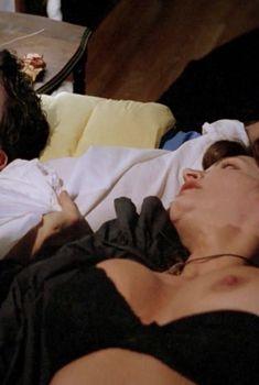 Голая Тони Нэплс в фильме «Любовь и магия 2. Колдунья», 1995