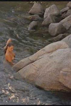 Голая Трейси Линд в фильме «Борьба за выживание», 1988