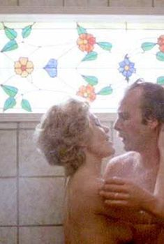 Голая Тьюзди Уэлд в фильме «Сериал», 1980