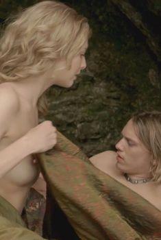 Голая Тэмзин Эджертон в сериале «Камелот», 2011