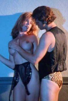 Голая Тэмми Паркс в фильме «День воина», 1996