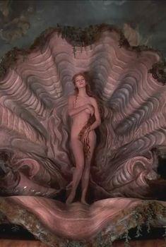 Голая Ума Турман в фильме «Приключения барона Мюнхгаузена», 1988