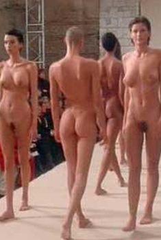 Полностью голая Уте Лемпер в фильме «Высокая мода», 1994