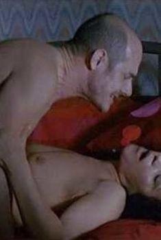Голая грудь Фариды Рахуадж в фильме «Сколько ты стоишь.», 2005