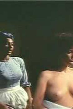 Голая Фиона Льюис в фильме «Барабан», 1976