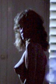 Голая Фиона Льюис в фильме «Тигровая акула», 1977