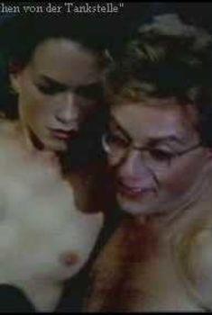 Голые сиськи Франки Потенте в фильме Die Drei Madels von der Tankstelle, 1996