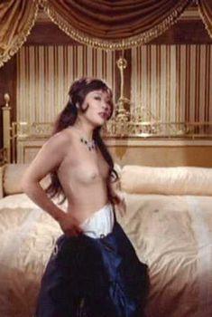 Аккуратные голая грудь и попка Франчески Ту в фильме «Охота», 1971
