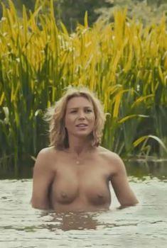 Голая Ханисакл Уикс в фильме «Плетеное дерево», 2011