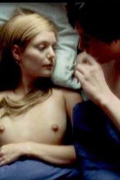 Голая грудь Ханны Р. Холл в фильме «Ускользающее счастье», 2010