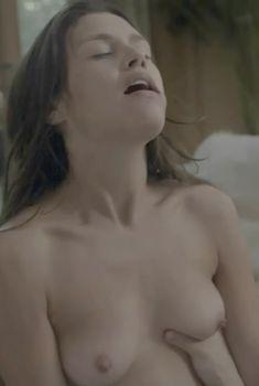 Голая Ханна Уэр в сериале «Босс», 2011