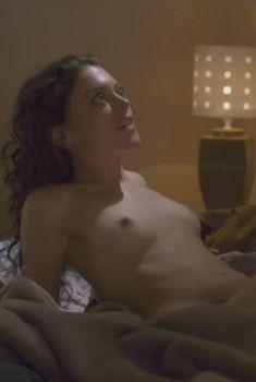Голая Ханна Файрман в сериале «Руководство девушек в греховности», 2012
