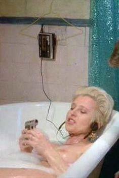 Голая Ханна Шигулла в фильме «Безумие улиц», 1986