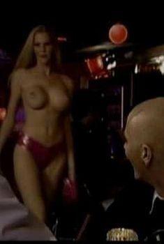 Голая Хармони в фильме «…А в душе я танцую», 2004