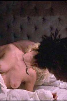 Голая Хлоя Уэбб в фильме «Сид и Нэнси», 1986