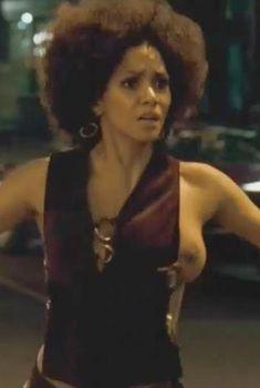 Холли Берри засветила голую грудь в фильме «Фрэнки и Элис», 2009