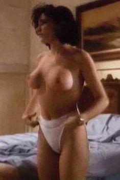 Пышная голая грудь Чарли Спрэдлинг в фильме «Повелитель кукол 2», 1990