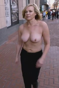 Голая Челси Хэндлер в сериале «Челси может», 2016