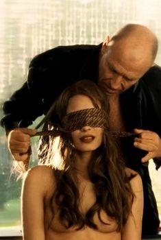Голая Шаннин Соссамон в фильме «Поцелуй навылет», 2005
