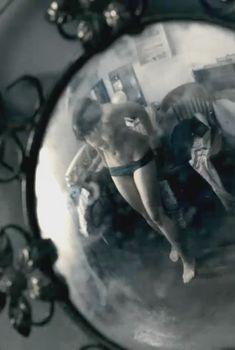 Голая Шаннин Соссамон в фильме «Судный день», 2011