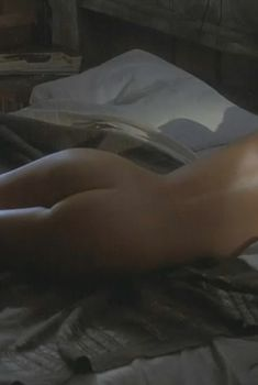 Голая Шарлиз Терон в фильме «Правила виноделов», 1999