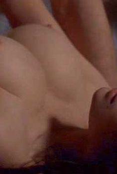Голая Шарлотта Льюис в фильме «Чрезмерное насилие», 1993