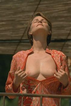 Голая Шарлотта Рэмплинг в фильме «Бассейн», 2002