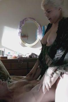 Голая Шерилин Фенн в сериале «Бесстыдники», 2011