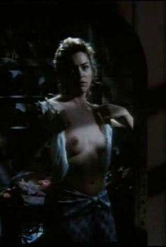 Голая грудь Шэрон Стоун в фильме «Ножницы», 1990