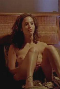 Голая Элизабет Беркли в фильме «Каждое воскресенье», 1999