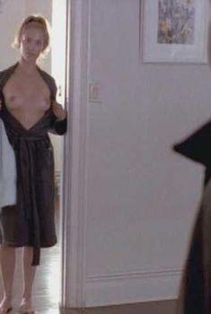 Голая Элизабет Беркли в фильме «Трогательный Малькольм», 2003