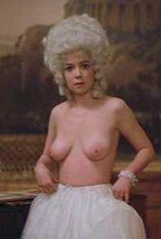 Голые сиськи Элизабет Берридж в фильме «Амадей», 1984