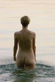 Голая Элизабет Дебики в сериале «Ночной администратор», 2016