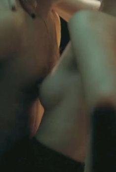 Голая грудь Элизабет МакЛафлин в сериале «Десница Божья», 2014
