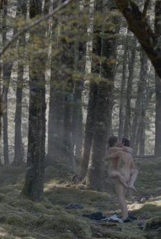 Голая Элизабет Мосс в сериале «Вершина озера», 2013