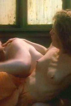 Голая Элис Крайдж в фильме «Среда обитания», 1997