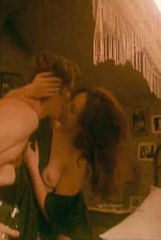 Голая Эльза Зильберштейн в фильме «Метролэнд», 1997