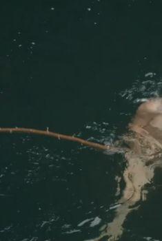 Эмбер Хёрд купается голой в фильме «Река-вопрос», 2010