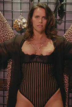 Голая Эми Ландекер в сериале «Обитель лжи», 2012