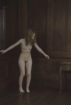 Голая Эмили Браунинг в фильме «Спящая красавица», 2011