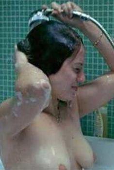 Голая грудь Эмили Декьенн в фильме «Домохозяйка», 2002